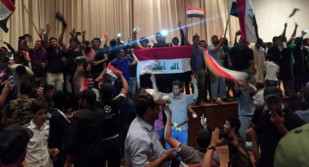 Manifestantes invadem prédio do Parlamento, 30 de abril 2016