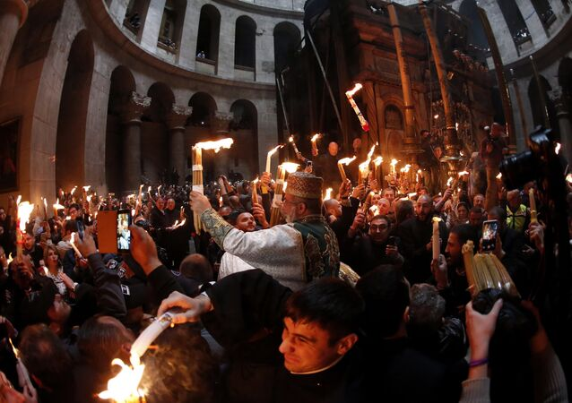 Fogo Sagrado se acende na Basílica do Santo Sepulcro em Jerusalém.