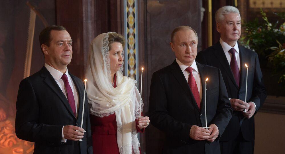 Presidente Vladimir Putin, primeiro-ministro Dmitry Medvedev com a sua esposa Svetlana e perfeito de Moscou durante a missa festiva na Catedral de Cristo Salvador. 1 de maio 2016