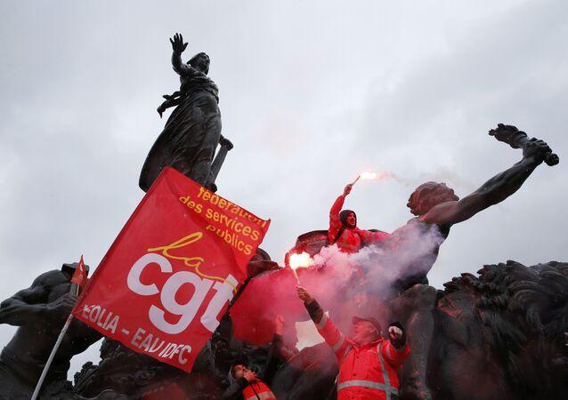 Os trabalhadores sindicais franceses mantenha durante uma manifestação contra a proposta de lei do trabalho francês, em Paris.
