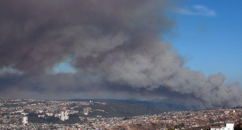 Incêndio na costa do Chile ameaça atingir as cidades de Valparaíso e Viña del Mar