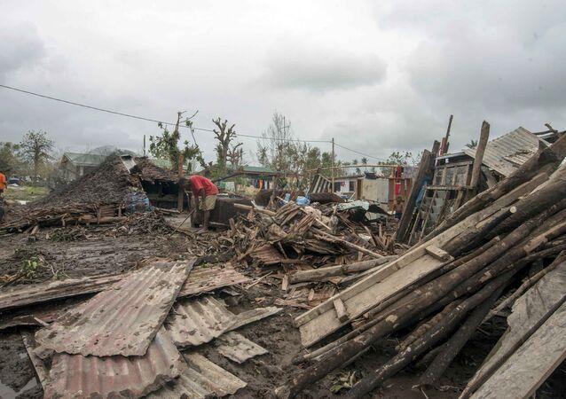 Moradores nos escombros de casas destruídas pelo ciclone Pam em Port Vila, capital de Vanuatu