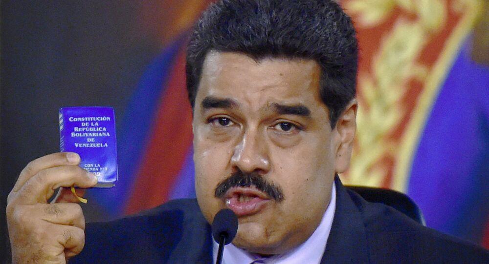 Presidente da Venezuela Nicolas Maduro mostra a Constituição do páis na ceremônia de inauguração da Comissão de Verdade e Justiça