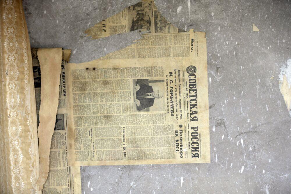 Um jornal dos tempos soviéticos em russo fica na parede do apartamento abandonado na cidade-fantasma da antiga estação soviética de radares perto da cidade de Skrunda, Letônia, 9 de abril, 2016