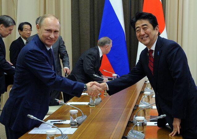 Vladimir Putin, o presidente russo e Shinzo Abe, o primeiro-ministro japonês