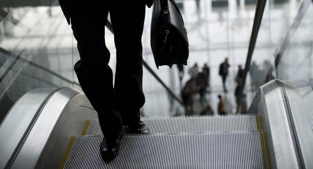 O homem com mala preta