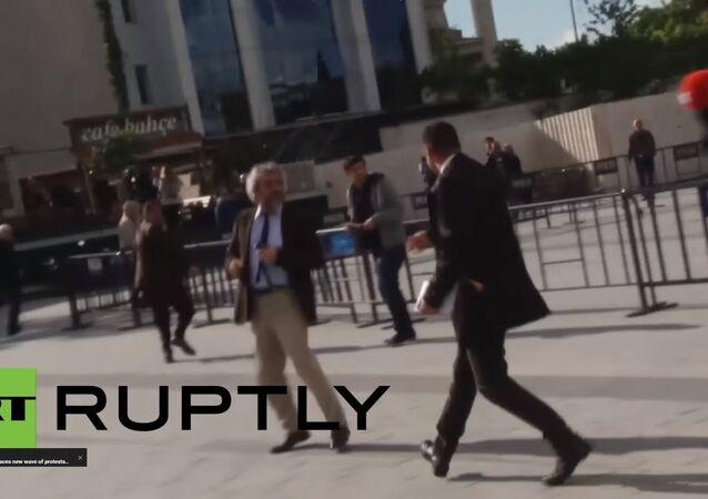 Jornalista opositor turco sofre atentado diante de tribunal em Istambul