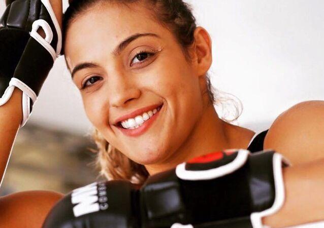 Lutadora Poliana Botelho comemora contrato no UFC