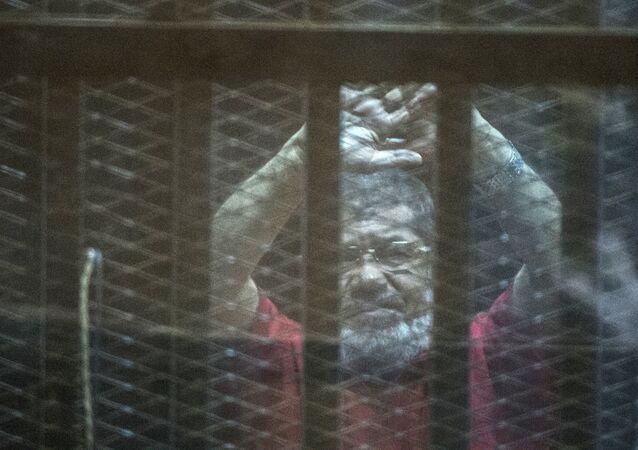 Ex-presidente do Egito Mohamed Mursi durante a sessão de tribunal, Cairo, Egito, 7 de maio de 2016