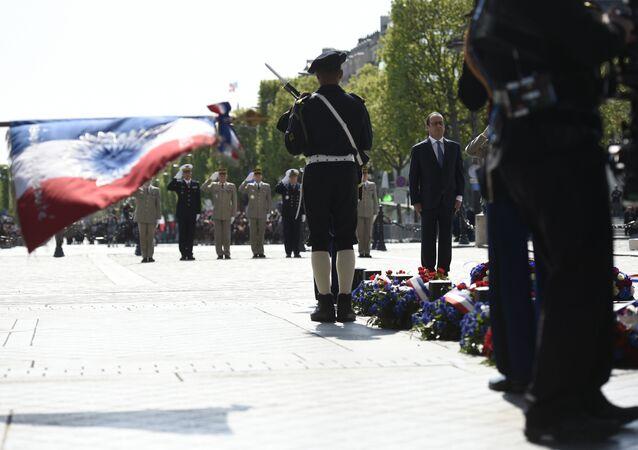 Presidente francês François Hollande está no túmulo do Soldado Desconhecido  durante as celebrações do Dia da Vitória em Paris em 8 de maio, 2016