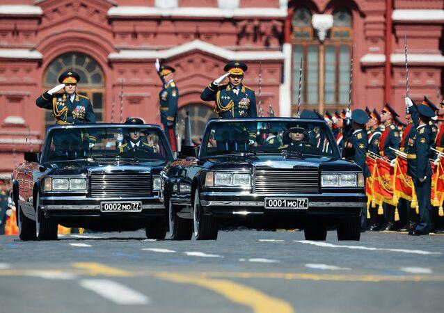 Coronel-general Oleg Salyukov, comandante em chefe do exército russo, e o ministro da Defesa do país, general Sergei Shoigu, fazem exame das tropas na Parada da Vitória em 9 de maio de 2016