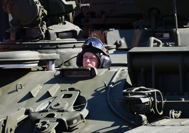 Um militar aparece no seu tanque durante a parada solene comemorando os 71 anos da vitória da URSS na Segunda Guerra Mundial