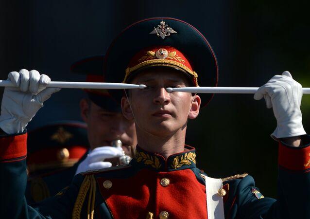 Um participante da equipe de músicos militares na Parada da Vitória em 9 de maio de 2016