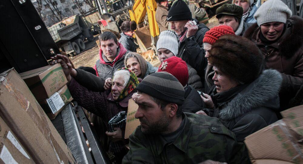 População de Debaltsevo faz fila para receber ajuda humanitária