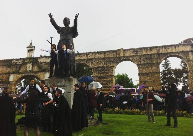 O Papa é comunista - nesta encenação da Queima das Fitas em 9 de maio em Coimbra
