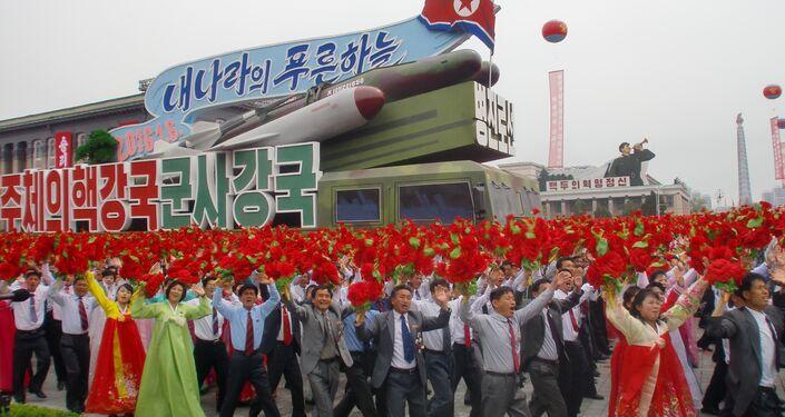 Um veículo militar mostra um míssil balístico na principal praça de Pyongyang durante desfile de 11 de maio de 2016
