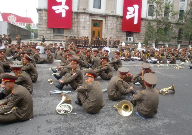Músicos militares da Coreia do Norte descansam antes de participar do desfile, em 11 de maio de 2016