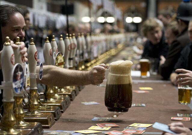 Funcionário do bar oferece jarra de chopp ao cliente