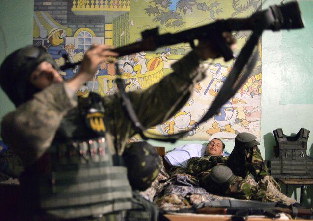 Militar ucraniano prepara sua arma para o próximo  (imagem referencial)