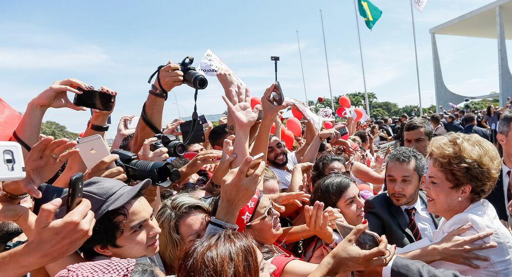 Dilma Rousseff durante encontro com eleitores do lado de fora do Palácio do Planalto