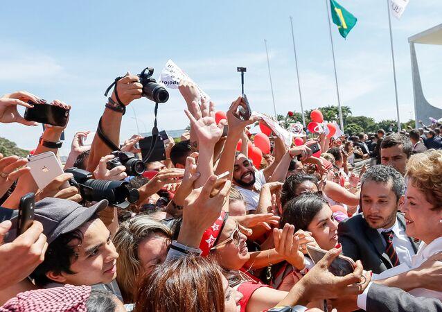 Presidenta Dilma Rousseff durante declaração para apoiadores do lado de fora do Palácio do Planalto