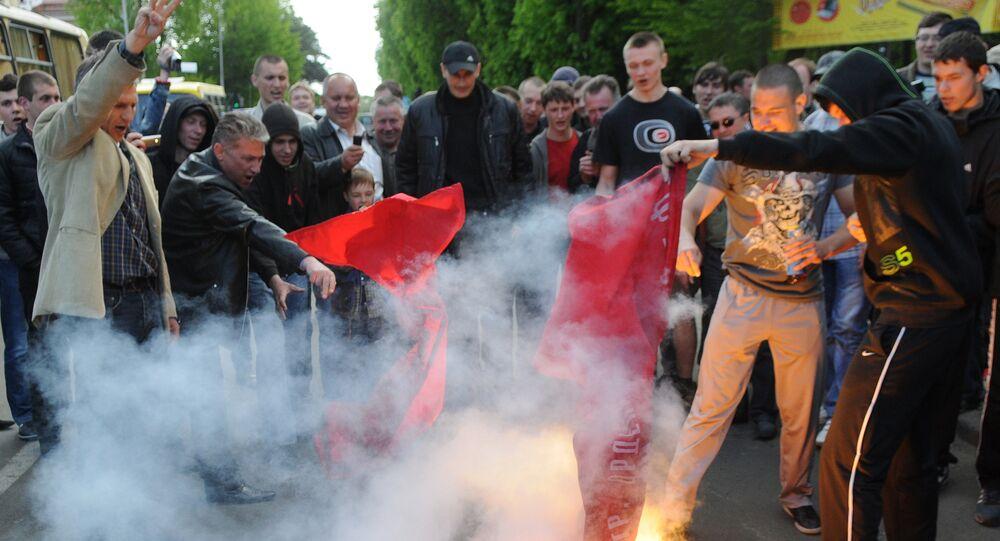 Nacionalistas ucranianos queimam bandeiras da União Soviética em Lvov, Ucrânia ocidental