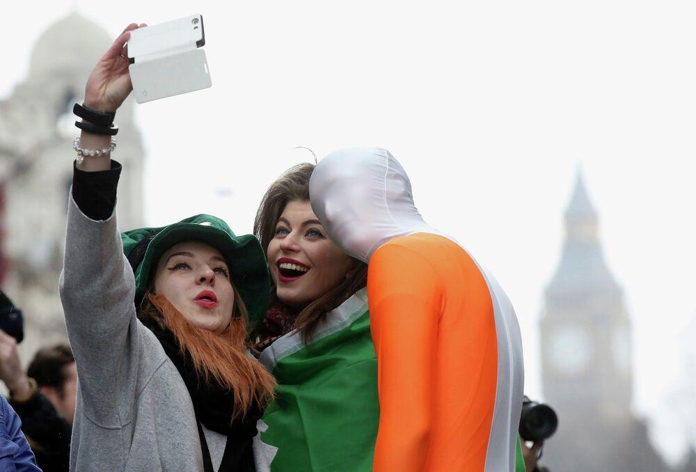 Meninas jovens tiram fotos em Londres, Reino Unido