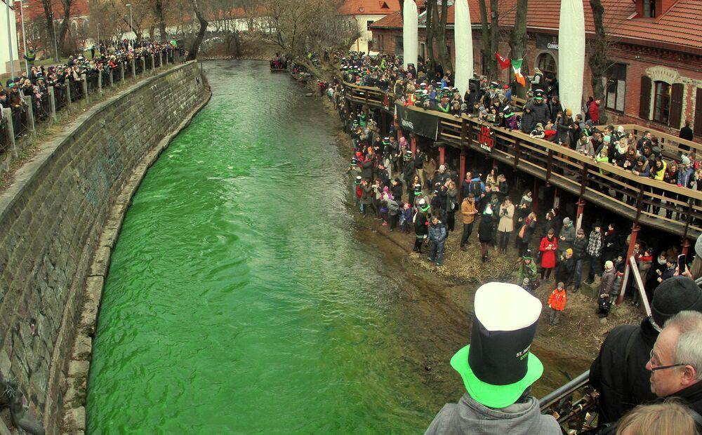 O rio Vilnia na capital lituana de Vilnius foi pintado de verde para comemorar o Dia de São Patrício