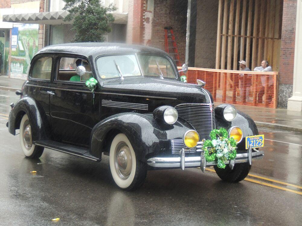 Um carro decorado para participar do desfile de São Patrício em Wilmington, EUA