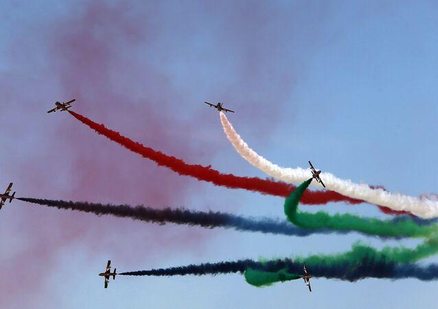 Equipe Al-Fursan da Força Aérea dos Emirados Árabes Unidos durante o show aéreo de Dubai, em 8 de novembro de 2015