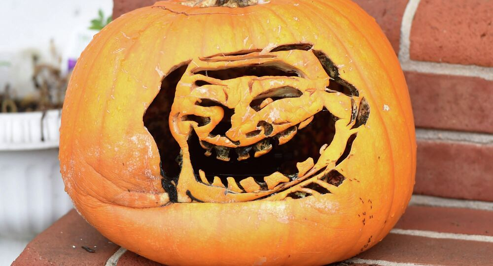 Um dos memes mais populares da Internet, Trollface, recordado em uma abóbora