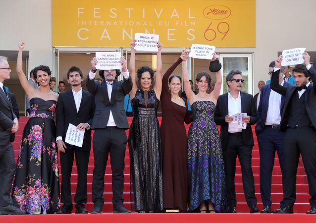 Equipe de 'Aquarius' protesta contra impeachment da presidenta Dilma Rousseff em Cannes