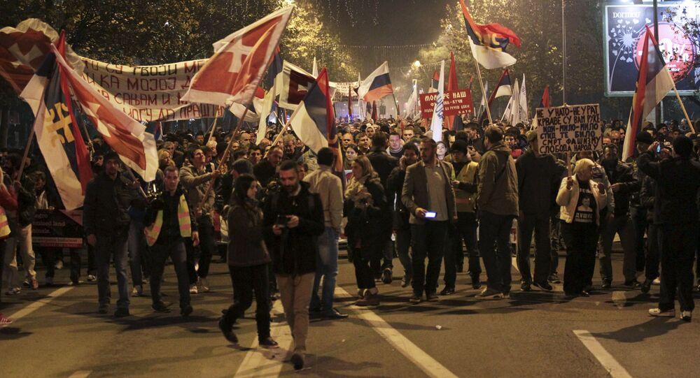 Manifestantes do Montenegro participam no protesto contra a adesão do país à OTAN
