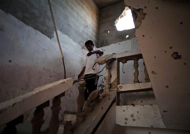 Prédio atingido por bombardeios em Sirte, Líbia