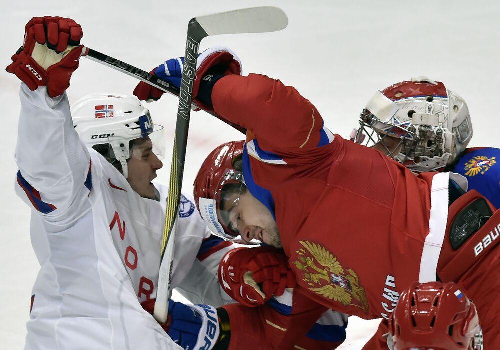 O atacante da Noruega Michael Haga com o zagueiro da Rússia Viktor Antipin e o goleiro da Rússia Ilya Sorokin