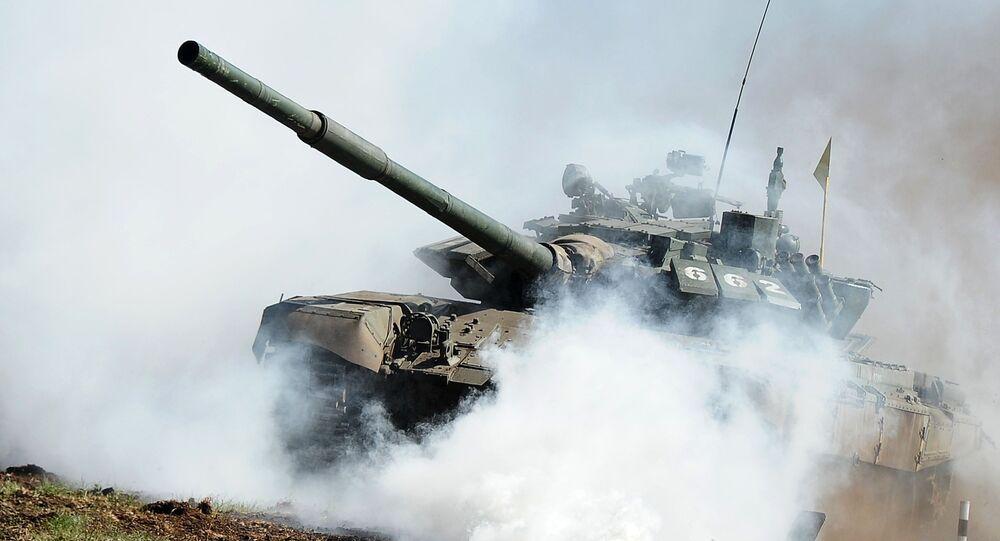 O tanque T-72 na qualificação da competição de Biatlo de Tanques 2016, na região de Chelyabinsk (Rússia)