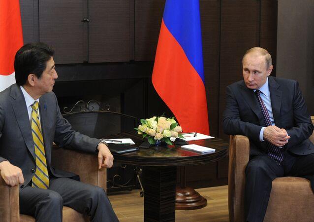 Presidente russo Vladimir Putin em encontro com premiê do Japão Shinzo Abe