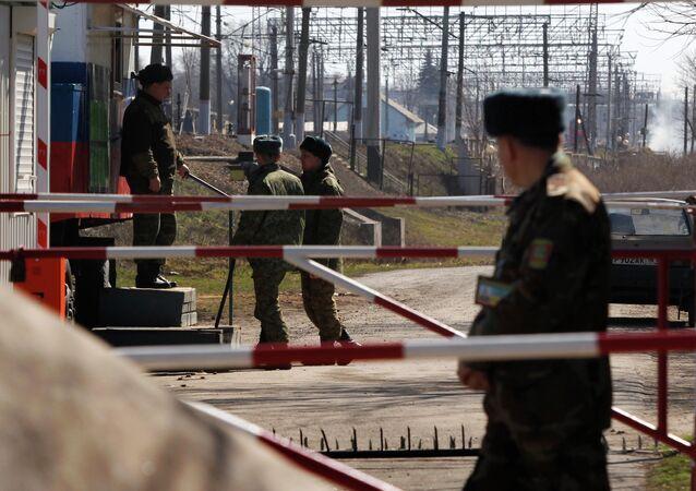 Militares vigiando a fronteira russo-ucraniana