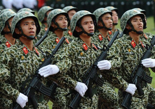 Solados do exército do Vietnã durante desfile militar