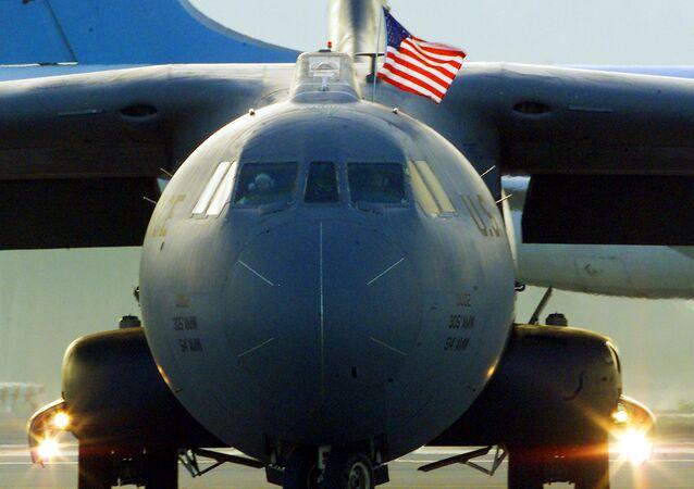 Avião da Força Aérea dos EUA pousa na base aérea Ramstein na Alemanhã