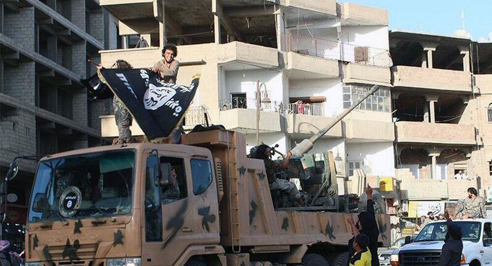 Jihadistas durante parada em Raqqa, considerada capital do califado do Daesh