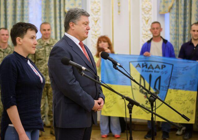 Presidente da Ucrânia Pyotr Poroshenko junto com Nadezhda Savchenko depois do retorno dela a Kiev, 25 de maio 2016