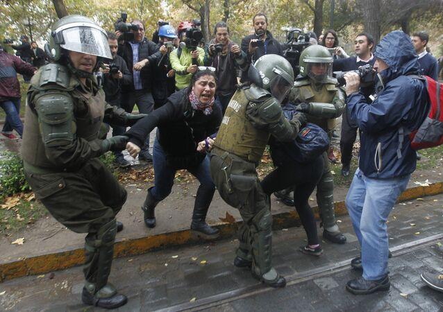 Polícia e estudantes entram em confronto durante manifestação no Chile