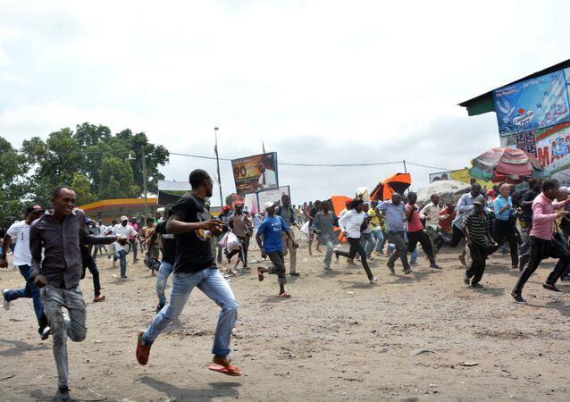 Manifestantes correm dos soldados enviados para dispersar um protesto contra o presidente Joseph Kabila em Kinshasa