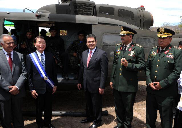 O presidente de Honduras, Juan Orlando Hernández, e o ministro da Defesa de Taiwan, Kao Kuang-chi, na cerimônia de entrega dos helicópteros