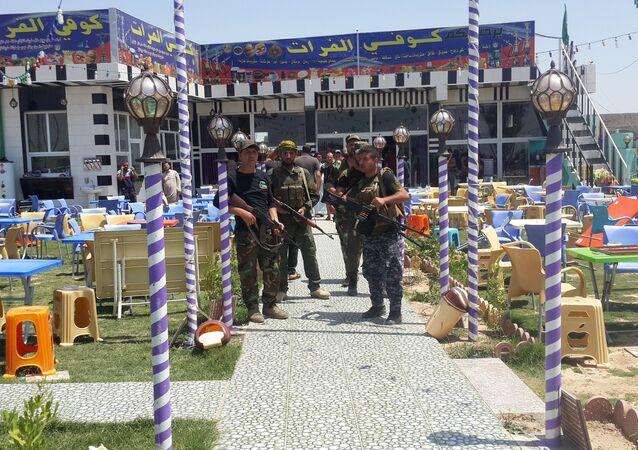 Combatentes xiitas após terroristas atacaram torcedores do Real Madrid em Balad, Iraque