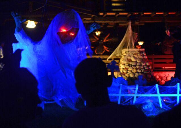 Fantasma decorativo na festa de Halloween, Sierra Madre, Califórnia, EUA, 31 de outubro de 2015