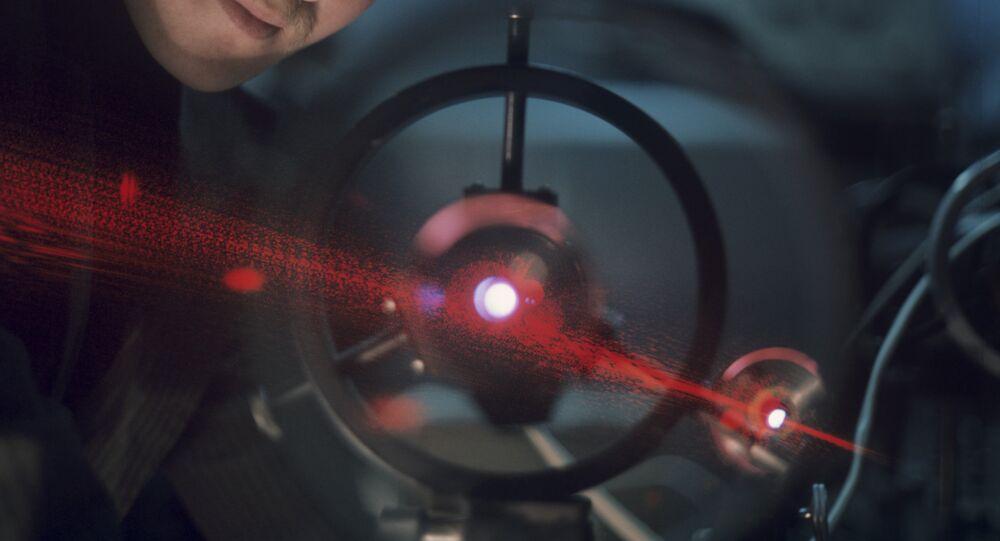 Cientista e um laser potente (foto de arquivo)