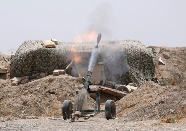 Combatentes disparam morteiros contra posições do Daesh