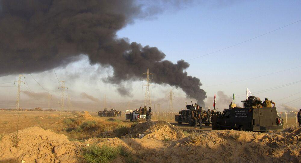 Iraque, militares iraquianos observam ataque aéreo da coalizão liderada pelos EUA às posições do Daesh